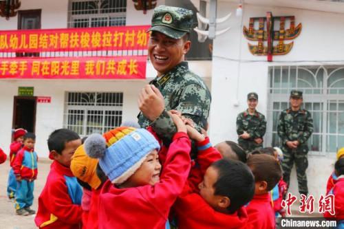 布哈和幼教点小朋友一起跳舞。图片由武警部队提供