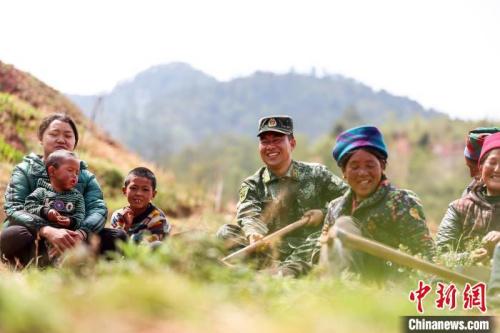 布哈与村民一起劳动。图片由武警部队提供