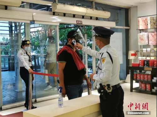 资料图:马尼拉要求市民进入商场戴口罩加面罩 中新社记者 关向东 摄