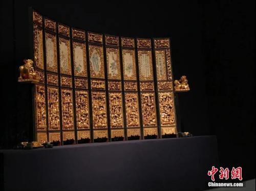 资料图:熏香炉、神椅轿、糖枋架等潮州木雕作品。中新社记者 许青青 摄