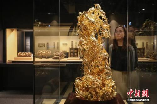资料图:潮州木雕作品-大型金漆镂通雕蟹篓。中新社记者 谢光磊 摄
