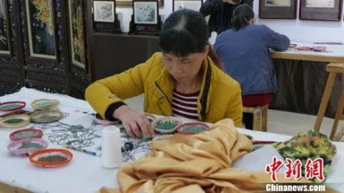 资料图:绣工正在创作作品。沈钊 摄