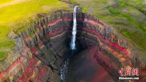 冰岛多彩峡谷层次分明 瀑布飞流而入