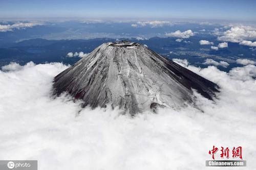 日本富士山迎来初冠雪 首波积雪比去年早24天