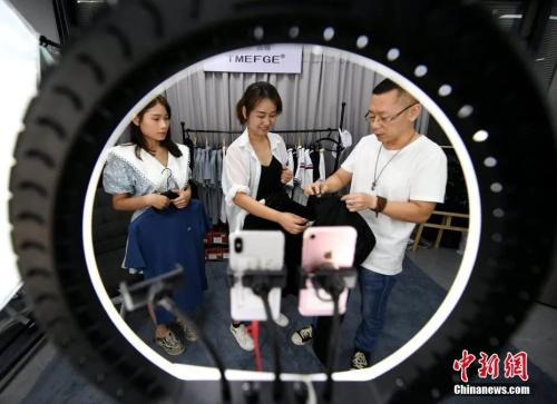 资料图:老师正给学员教授直播带货要点。<a target='_blank' href='http://www.chinanews.com/'>中新社</a>记者 王东明摄