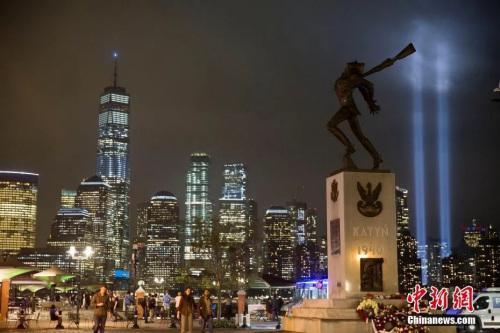 資料圖:從澤西市透過城市雕塑遙望燈柱。<a target='_blank' href='http://www.duomifood.com/'>中新社</a>記者 廖攀 攝