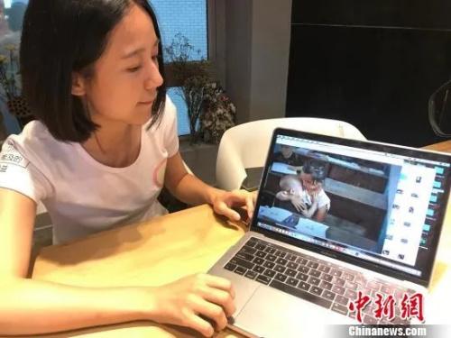 龙晶睛展示她第一次支教期间,在网络上引发关注的照片。 刘着之 摄