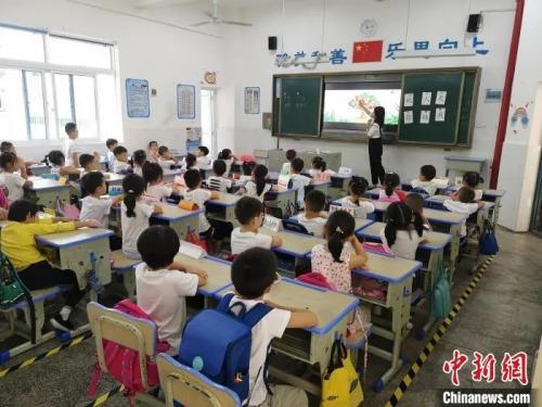 长沙县松雅湖第二小学的学生正在上课。唐小晴 摄