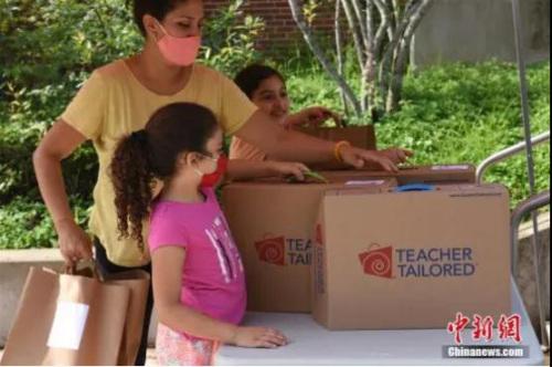 资料图:美国弗吉尼亚州阿灵顿小学生到校领取新学期教学用品。<a target='_blank' href='http://www.chinanews.com/'>中新社</a>记者 陈孟统 摄