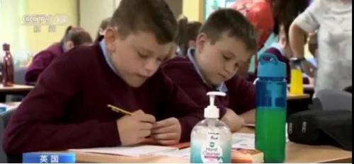 资料图:英国各中小学校复课。(央视新闻视频截图)