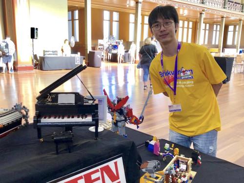 图为乐高钢琴设计师陈道亮(Donny Chen)参加2019年Brickman Awesome墨尔本乐高展。(受访者供图)