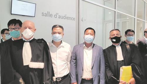 任俐敏(中左)、高敏铿(中右)和辩护律师在法官裁决案件不予受理后合影留念。(欧洲时报 记者欧文摄)