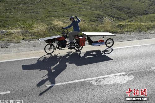 """男子自制太阳能电动自行车开启""""环法""""之旅"""