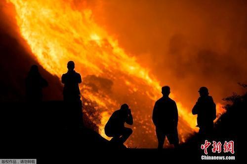 美国加州南部野火快速蔓延 如同岩浆顺势而下