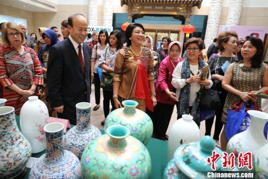 """中国驻印尼使馆举办""""三八""""国际妇女节慈善义卖活动(图)"""