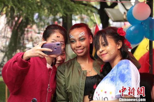 """三峡大学逾50国留学生桃林花海""""炫""""才艺"""