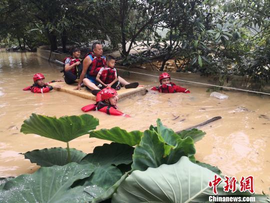 遭暴雨袭击广西沿海多地严重内涝