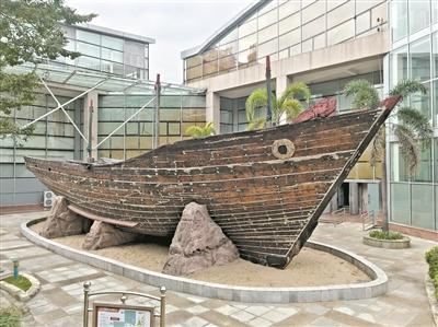 """五邑華僑華人博物館內當年五邑先人出洋乘坐的""""大眼雞""""帆船"""