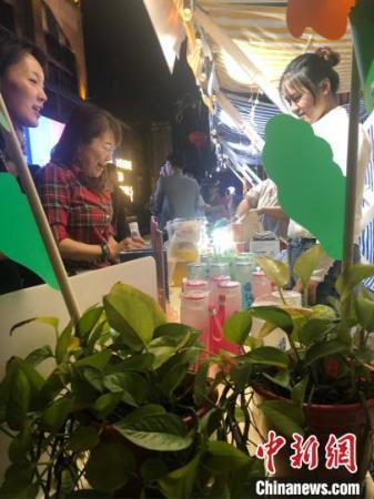 """常州""""老城厢""""夜市经济,吸引了台湾创业青年的加入。 唐娟 摄"""