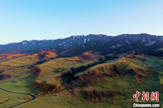 航拍新疆那拉提秋季风光斑斓多彩