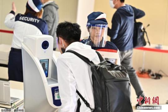 当地时间10月21日,东京奥运会和残奥会组织委员会21日在东京向媒体公开了,观众等进入赛场时通过的行李安检区运营的实证试验。奥组委将根据本次的测试结果等,讨论奥运时的对策。