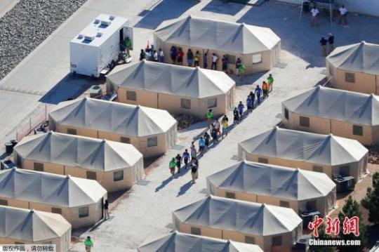 """资料图:在美国与墨西哥边境地区Tornillo,安置移民儿童的""""帐篷城""""。"""