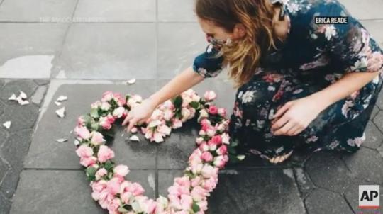 美国艺术家莉比在纽约放置花朵展品。图片来源:美联社新闻视频截图。