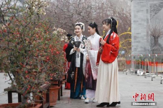 资料图:3月26日,身着汉服的女孩在北京陶然亭公园欣赏海棠花。 <a target='_blank' href=