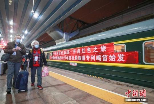 资料图:图为游客在北京站乘车。 <a target='_blank' href=