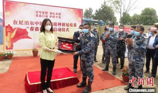 中国驻尼泊尔大使侯艳琪(左一)在活动现场。 皇晓兵 摄