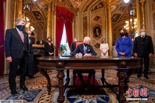 资料图:美国总统拜登就职后签署一系列文件。