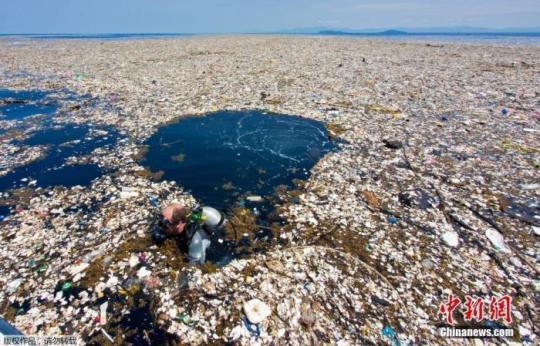 """图2:资料图:摄影师Caroline Power在距离洪都拉斯罗阿坦岛仅有15英里远的海域拍摄到令人惊讶的""""塑料垃圾海"""",被污染的地区有近5英里,令人触目惊心。"""