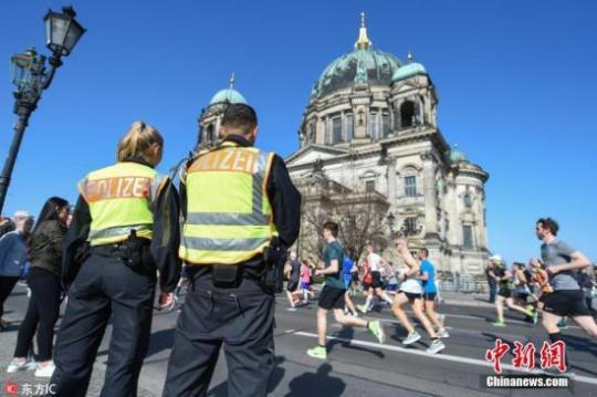 第38届柏林半程马拉松于8日白天在德国首都柏林市中心地带举行,主办方公布的参赛总人数为3.6万余人。据柏林警察局当天在半程马拉松赛事结束后发布的消息,警方在半程马拉松比赛开始前于柏林展开了大范围的搜捕行动,共逮捕6名年龄从18到21岁不等的犯罪嫌疑人。 图片来源:东方IC 版权作品 请勿转载