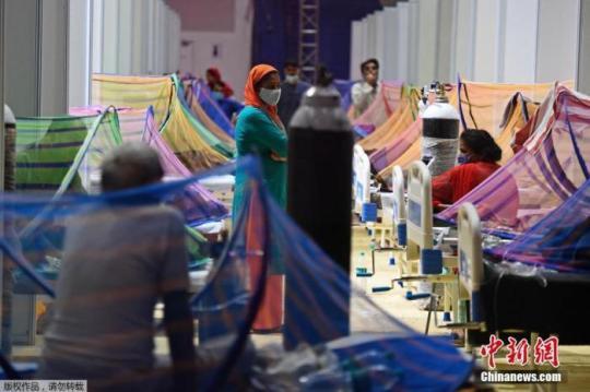 当地时间2021年5月2日,印度新德里,印度英联邦运动会运动员村变成临时新冠病房。印度卫生部5月1日公布的数据显示,印度单日新增新冠确诊病例首次超过40万例,创该国疫情暴发以来单日新增最高纪录。