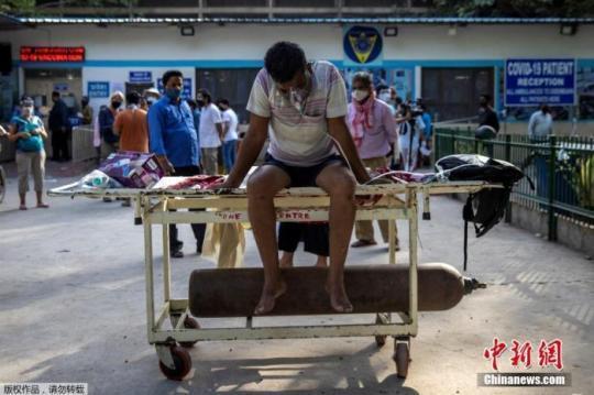 印度全国各地的医院在医用氧气和病床供应不足后,纷纷将病人拒之门外。