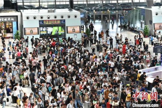 火车站内的人群。 张煜欢 摄