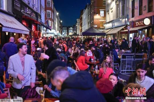 当地时间2021年4月12日,英国进入放松疫情封锁措施的第二阶段。商铺、理发店、健身房等被允许重新开张,酒吧和餐馆也可以在室外营业。据悉,酒吧解封的第一晚,伦敦大批民众在市中心喝酒跳舞,场面宛如狂欢节。