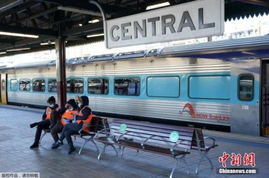 当地时间6月26日,澳大利亚悉尼,中央车站内乘客稀少,工作人员坐在长椅上。