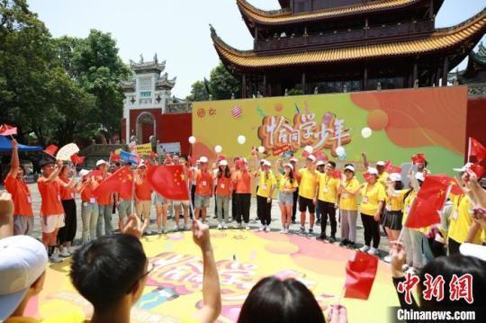 两岸青年学生在开营仪式上热情互动。 湖南省委统战部供图