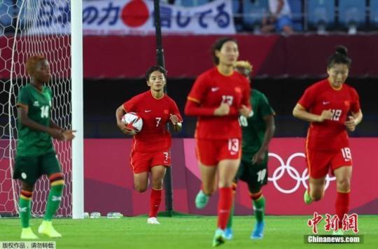 7月24日,东京奥运会女足小组赛第二轮展开,中国女足4战平4赞比亚女足。比赛中,王霜独中四元,仍未能助中国队未能带走胜利。本场过后,中国女足两战一平一负积1分,最后一轮她们将面对小组最强对手荷兰女足。图为中国女足在比赛中进球。
