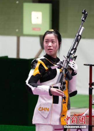 7月24日举行的东京奥运会女子10米气步枪决赛中,中国选手杨倩夺得冠军,为中国代表团揽入本届奥运会第一枚金牌。这也是本届东京奥运会诞生的首枚金牌。图为赛场内的杨倩。<a target='_blank' href=