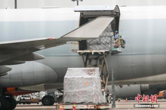 资料图:上海浦东国际机场货运停机坪,卸货作业有序进行。 张亨伟 摄