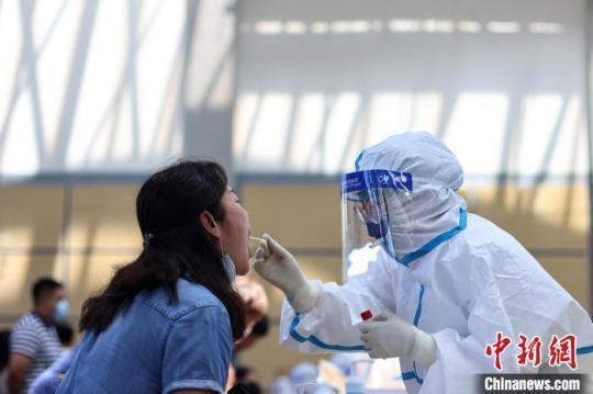 南京市江宁区开展全员核酸检测。 泱波 摄
