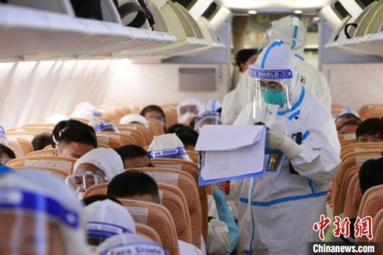资料图:重庆江北机场海关关员登临检查。重庆江北机场海关供图