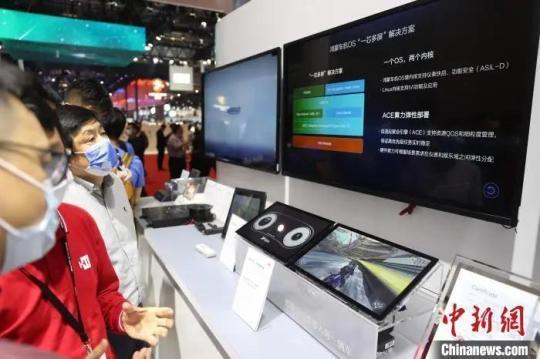 华为展示鸿蒙车机OS系统。 张亨伟 摄
