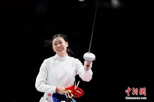 7月24日晚,东京奥运会女子重剑个人赛结束了决赛的较量,中国选手孙一文以11:10战胜罗马尼亚选手波佩斯库,夺得冠军。这是中国体育代表团在本届奥运会的第三枚金牌。图为孙一文在比赛场地内。<a target='_blank' href=