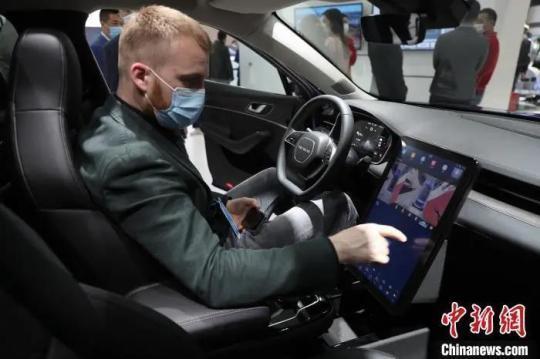 资料图:观众在车内体验鸿蒙车机OS系统。 张亨伟 摄