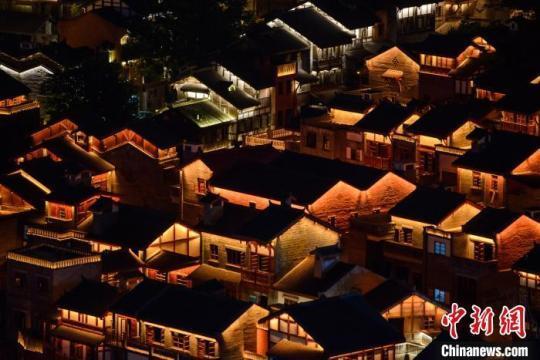 """重庆十八梯亮灯""""添彩""""山城夜景将成文化新地标"""