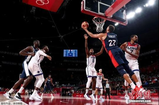 资料图:当地时间8月7日,东京奥运会男篮决赛在美国队与法国队之间展开。美国队以87:82战胜对手,实现奥运会四连冠。