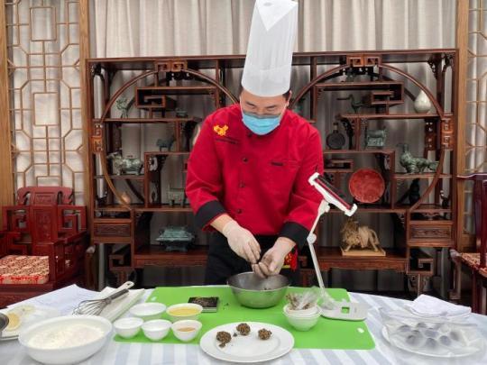 图为中心烹饪教师授课制作月饼。 首尔中国文化中心供图